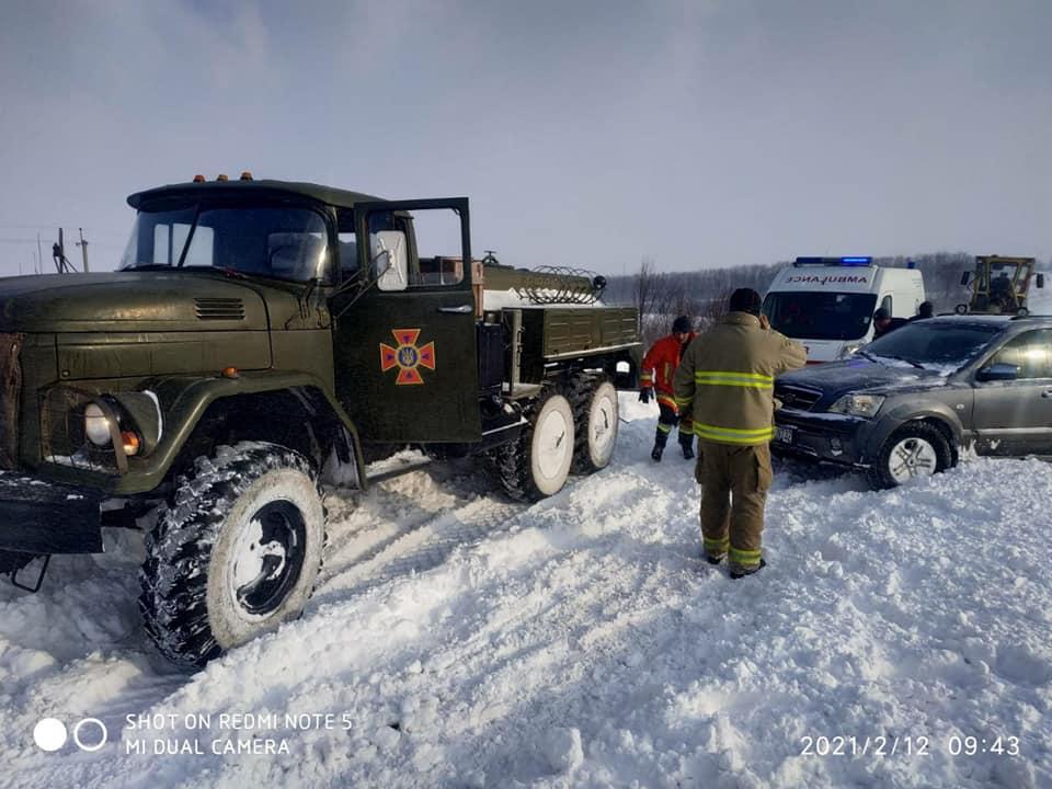 Через заметені дороги в області перекрили два автошляхи, зі снігових пасток рятують машини з людьми (СПИСОК, ФОТО)