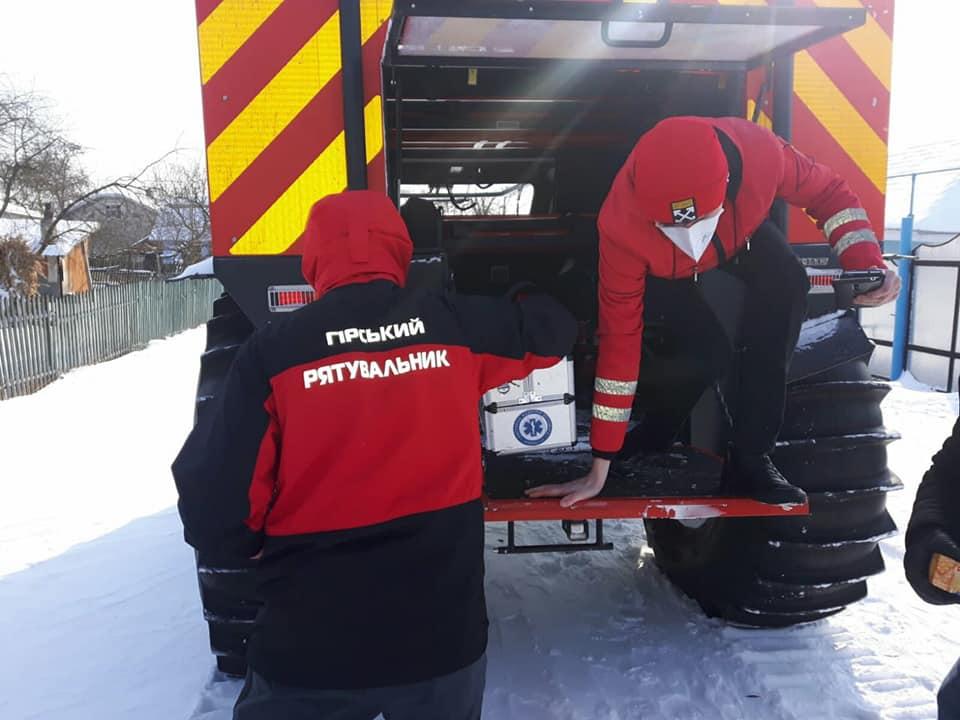 Замело: на Прикарпатті рятувальники доставляють медиків до хворих снігоболотоходом (ФОТО)