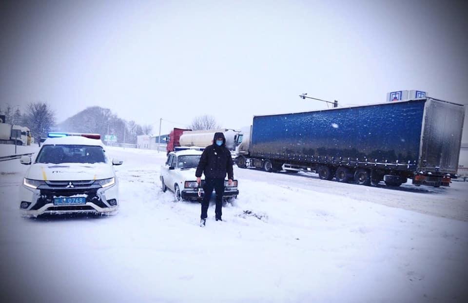 На Прикарпатті теж обмежили рух вантажівок по дорозі на Львів через Рогатин (ФОТОФАКТ, ОНОВЛЕНО)