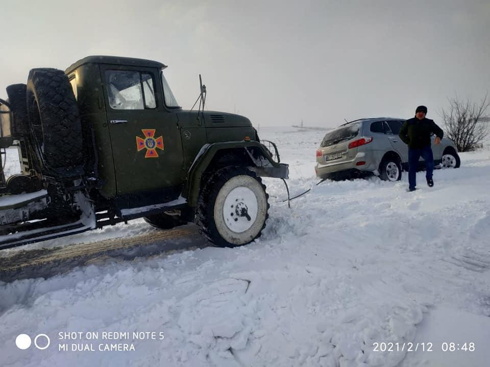 Протягом доби на Прикарпатті десятки автівок з людьми опинилися у полоні снігу