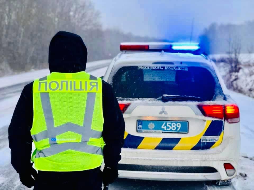 Дорогами Р-20 та Р-24 на Прикарпатті все ще не проїхати – поліція