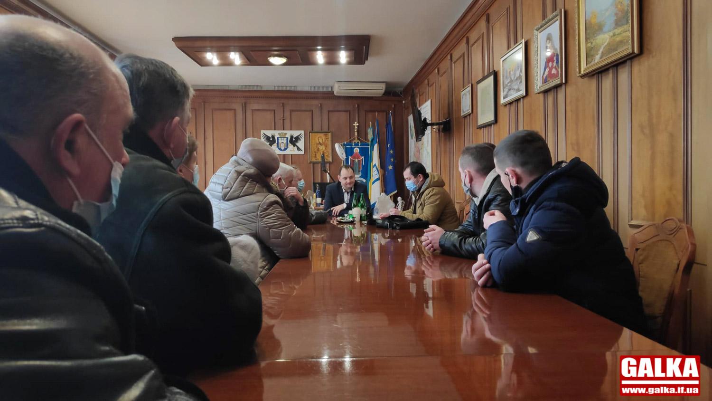 Родичі радниці Марцінківа за місяць отримали 2,4 гектари землі в Добровлянах: селяни обурені (ФОТО)