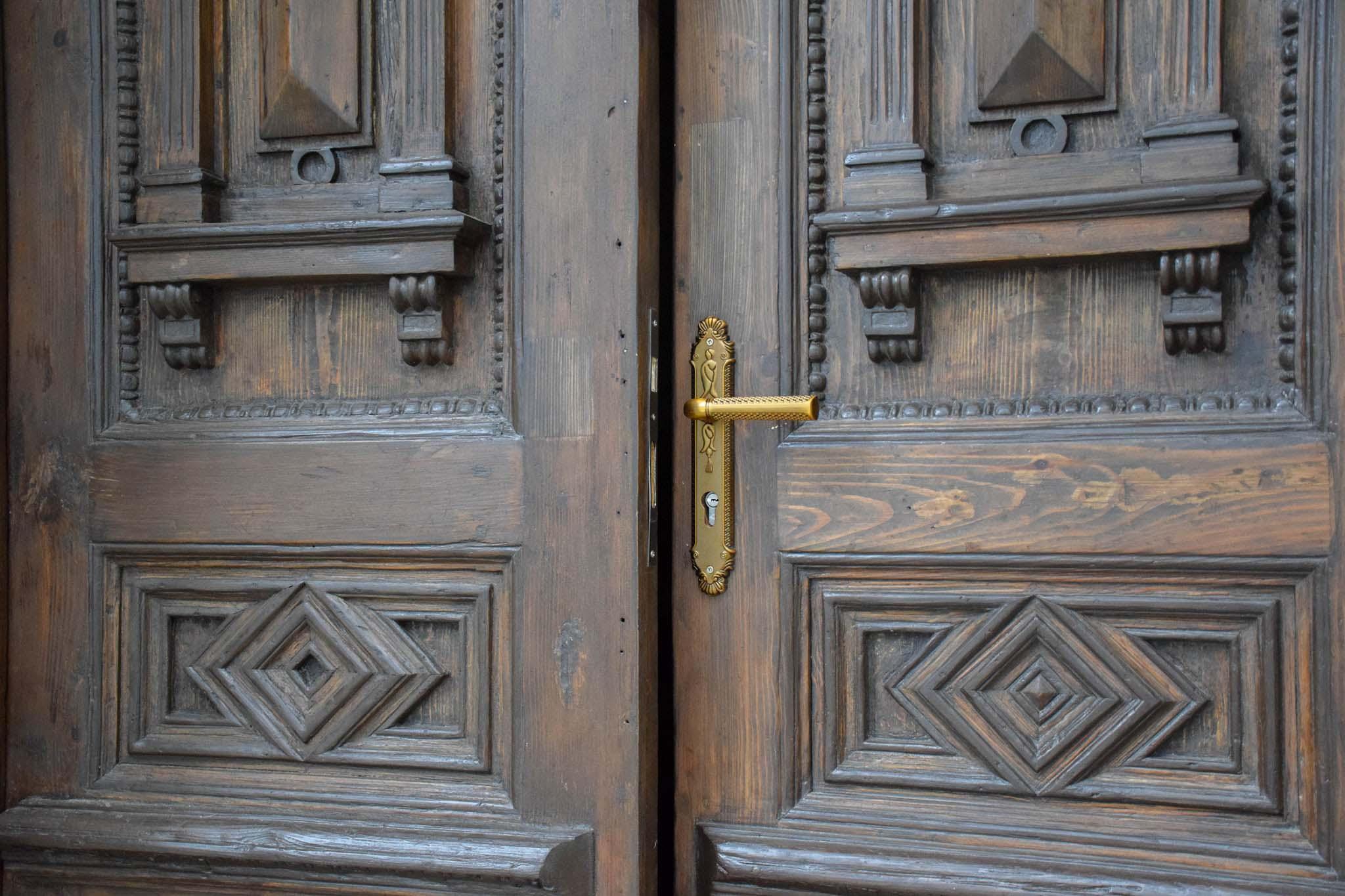 У Франківську повернули на місце ще одні відреставровані двері (ФОТО)