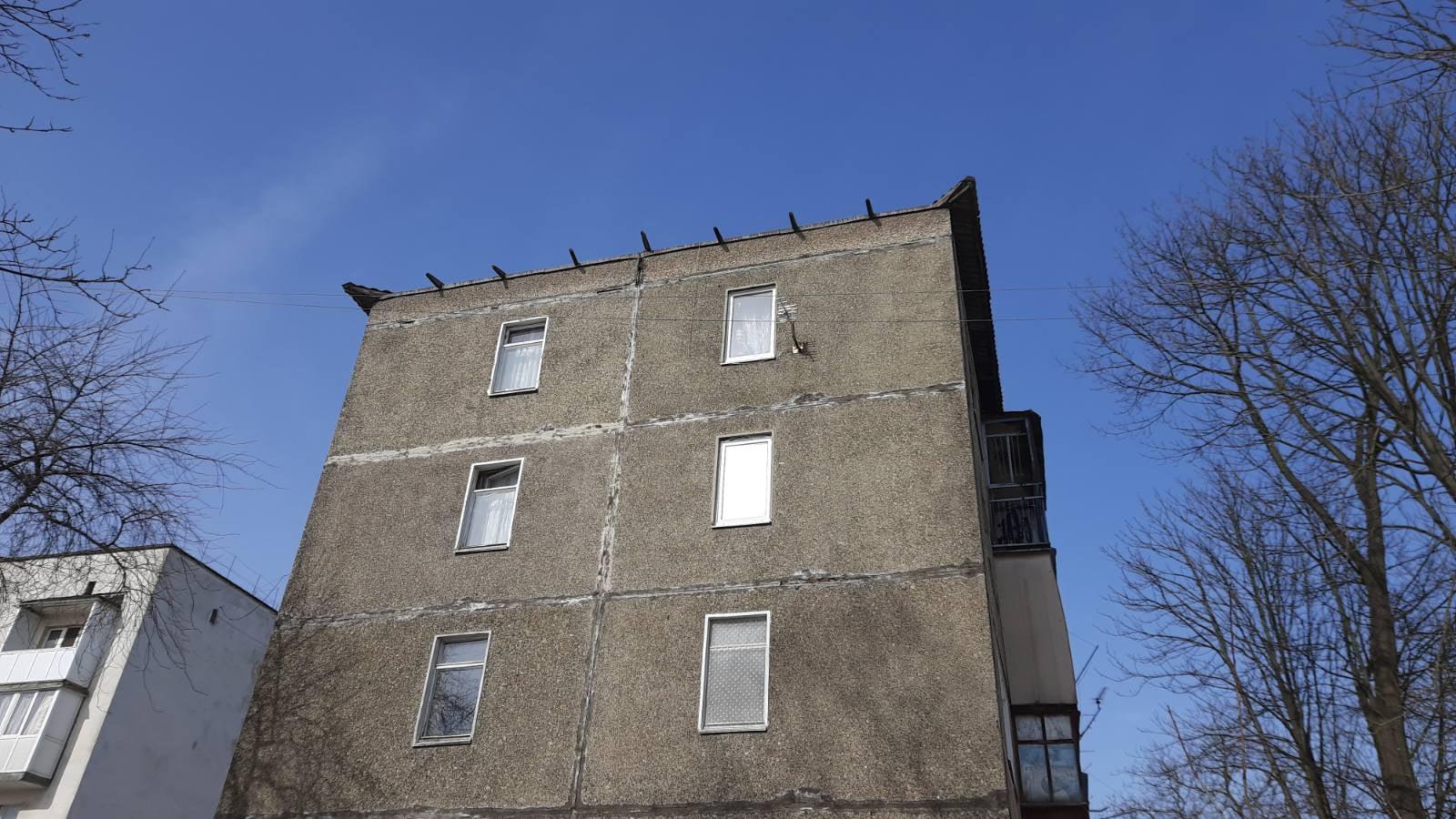 Сніг обвалив дах багатоповерхівки у Бурштині (ФОТО)
