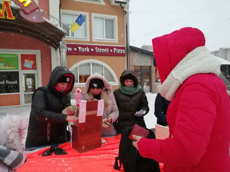 Калушани на ярмарку зібрали гроші для онкохворого ліцеїста (ФОТО)