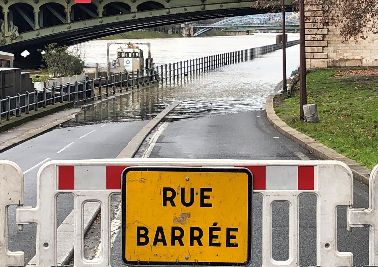 Париж готується до повені, рівень води у річці Сена перевищив 4 метри