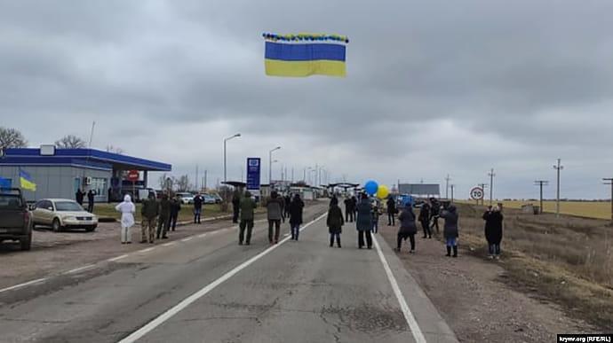 У бік Криму запустили український прапор із посланнями (ФОТО)