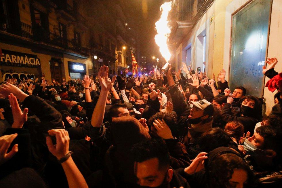 Розграбовані магазини та сутички з поліцією: у Барселоні бунти через ув'язнення репера (ФОТО)