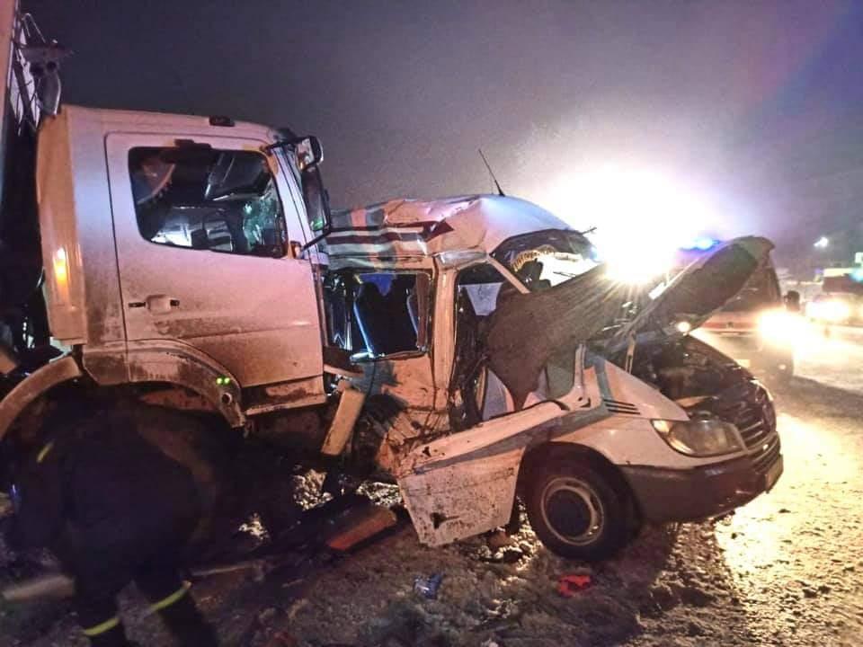 Автотроща сміттєвозу та пасажирського мікроавтобуса поблизу автобазару: двоє загинули (ФОТО)
