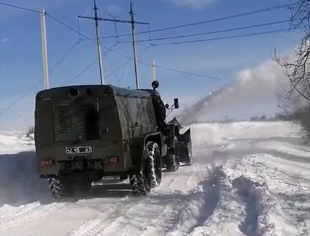Комунальники показали, як з військовими розчищали дороги до сіл Івано-Франківської ТГ (ВІДЕО)