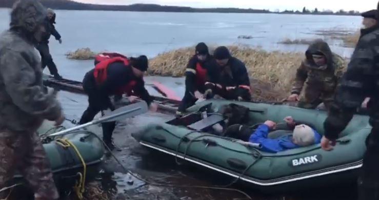Під Рожнятовом рибалка провалився під лід: його врятували бійці ДСНС (ФОТО, ВІДЕО)