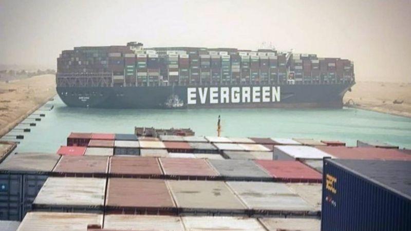 Гігантський контейнеровоз Ever Given вже третій день блокує Суецький канал