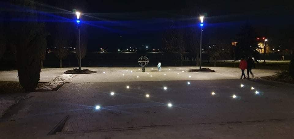 Світло з землі та неба: вхід на міське озеро яскраво підсвітили (ФОТО)