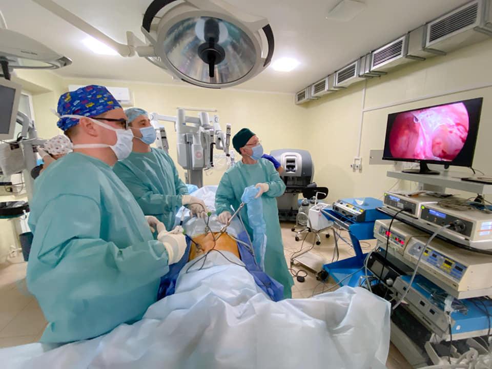 У Львові робот Da Vinci вперше в Україні прооперував дитину (ФОТО)