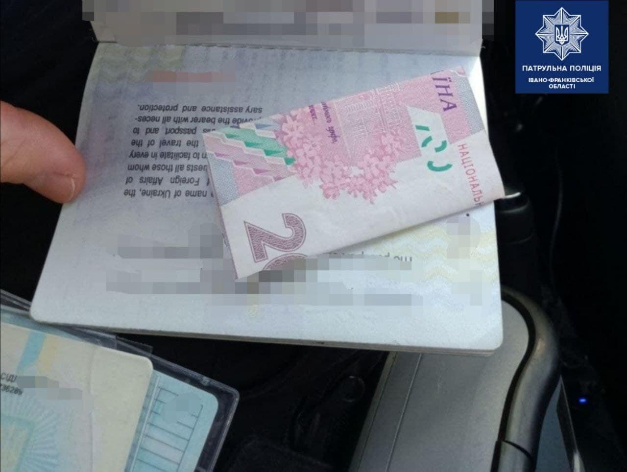 """На Тисмениччині водій-порушник пропонував поліції 200 гривень хабаря: """"домовитися"""" не вийшло (ФОТО)"""