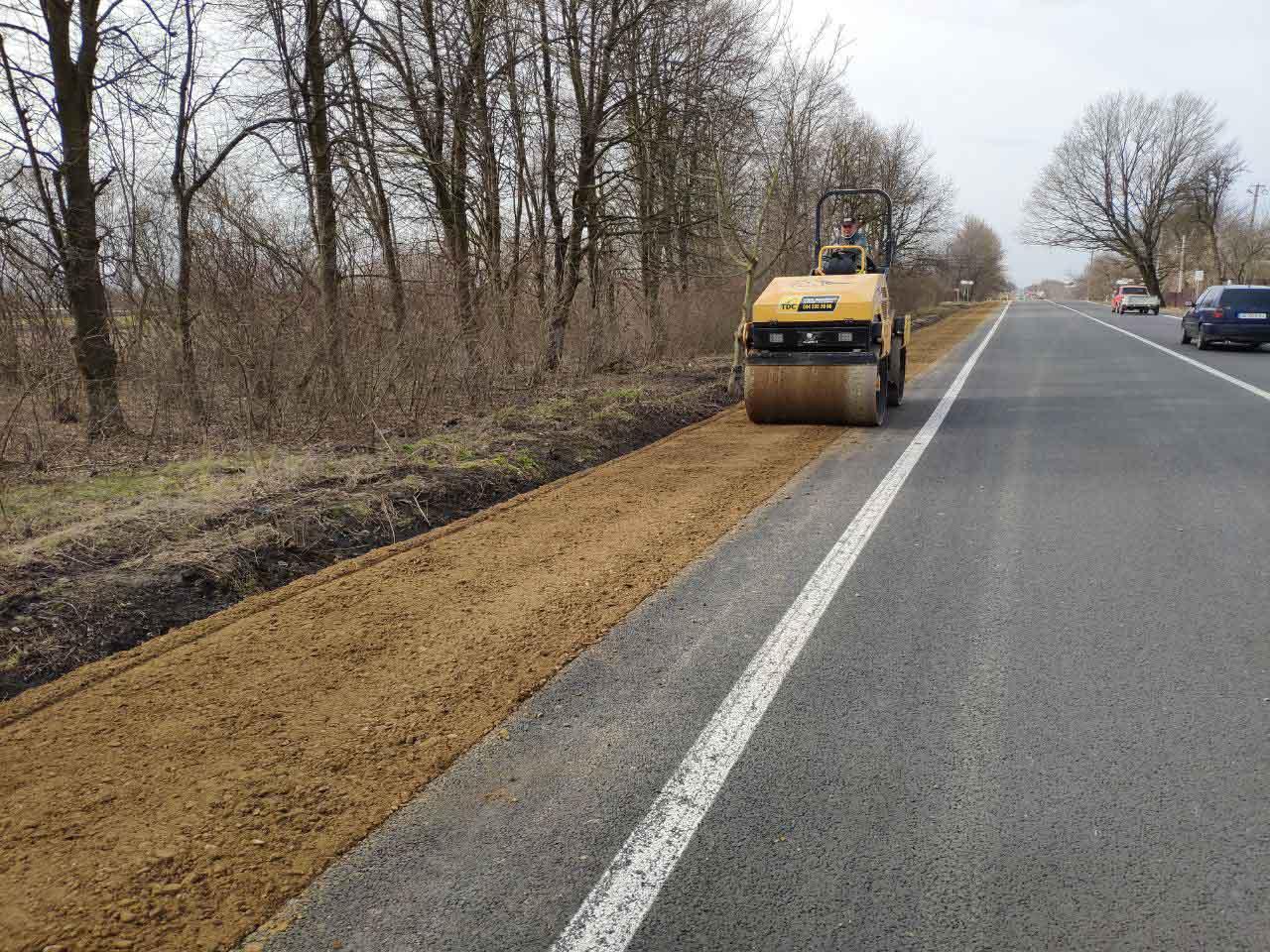 На Снятинщині уздовж дороги Н-10 почали ремонтувати узбіччя (ФОТО)