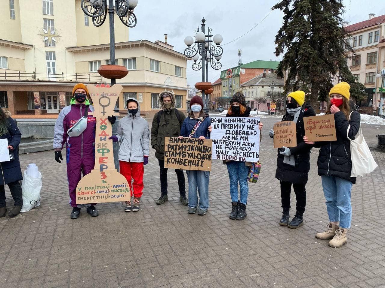 У Франківську небайдужі з плакатами вийшли за права жінок – не обійшлося без суперечок (ФОТО)