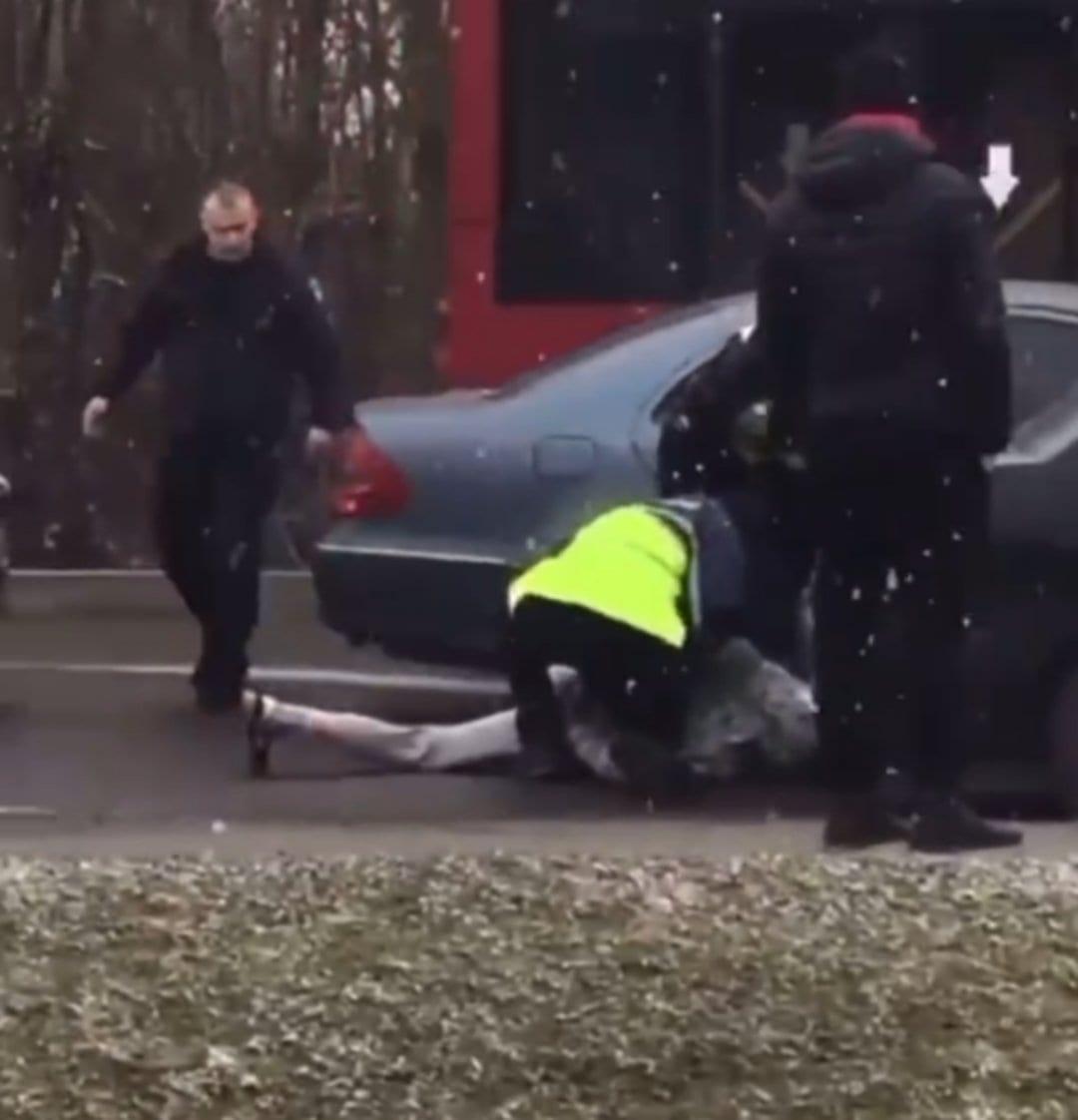 Лицем у асфальт: патрульні після погоні затримали водія під наркотиками, Мерседес евакуювали (ВІДЕО)