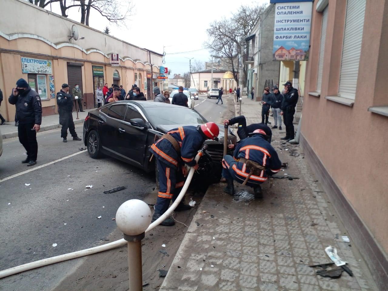 У Рогатині авто врізалося у стіну магазину (ФОТО, ВІДЕО, ОНОВЛЕНО)