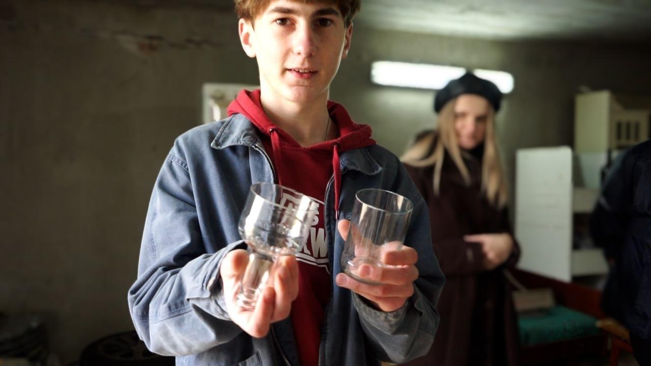 Ліцеїст та студент створюють у Калуші з пляшок склянки та підсвічники (ФОТО, ВІДЕО)