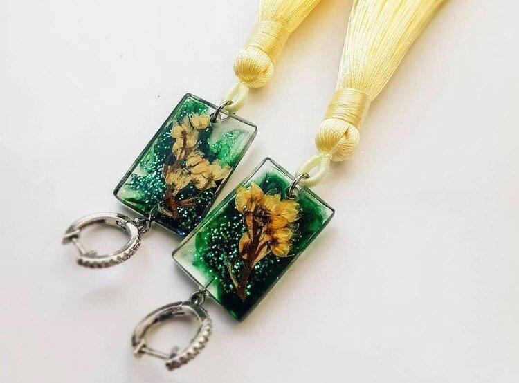 Прикарпатка створює унікальні прикраси з епоксидної смоли та квітів (ФОТО)