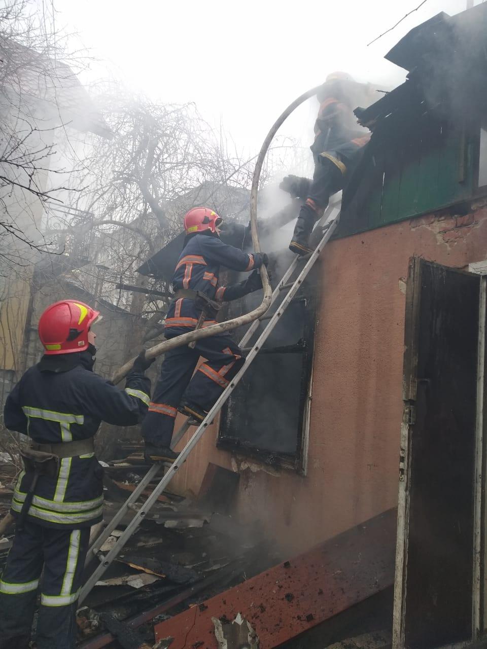 """З пожежі будинку на Береговій винесли травмованого чоловіка – він помер у """"швидкій"""" (ВІДЕО)"""