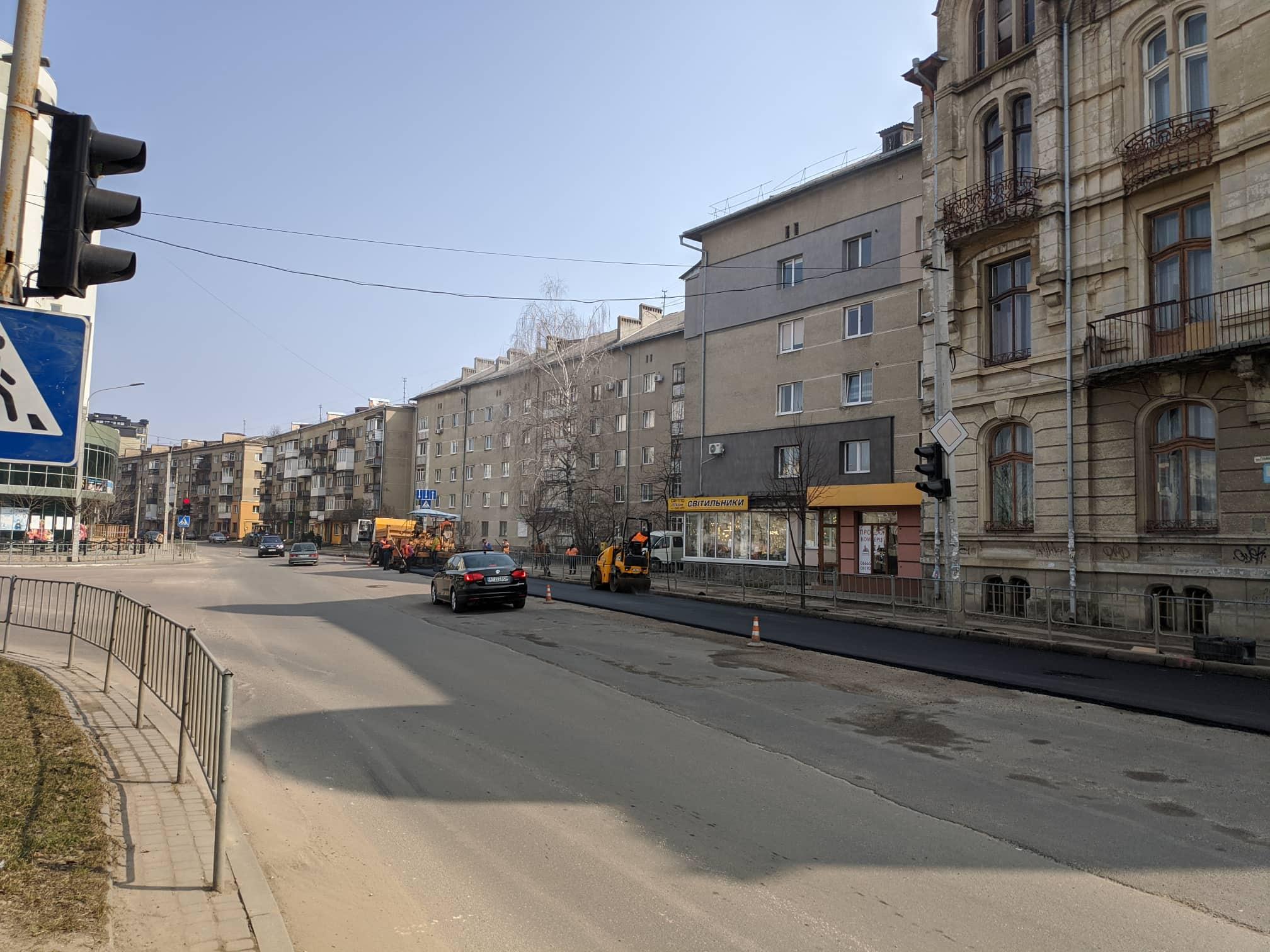 На перетині вулиць Мазепи та Гурика дорожники стелять асфальт (ФОТО)
