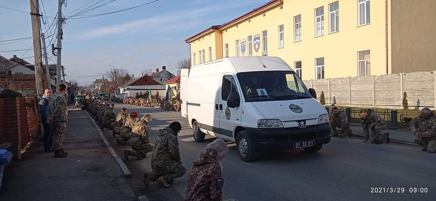 """Військові """"десятки"""" попрощалися з Сергієм Барничем. Тіло везуть до Калуша (ФОТОФАКТ)"""