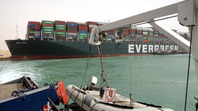Зняли з мілини судно, яке заблокувало Суецький канал