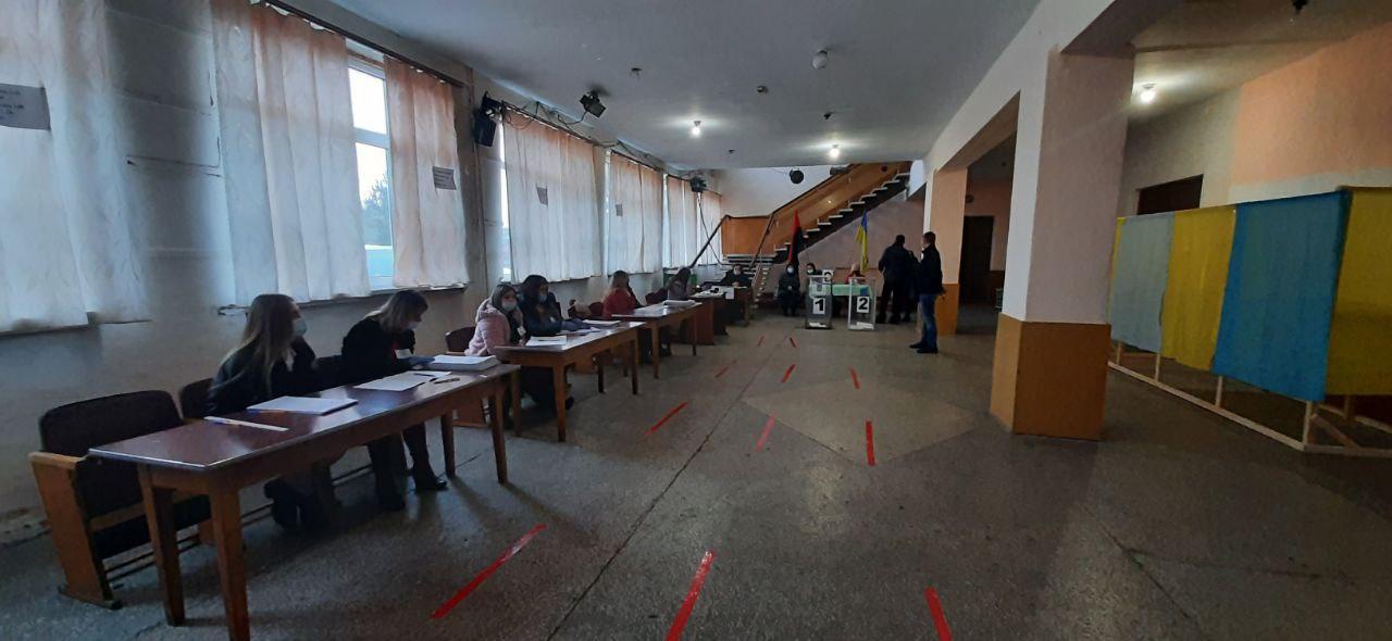 На деяких дільницях округу №87 відсутні кабінки для хворих виборців – ОПОРА