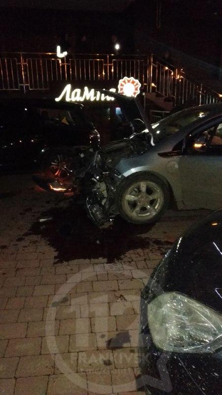 На вулиці Івасюка Chevrolet влетів у припаркований Subaru (ФОТО, ОНОВЛЕНО)