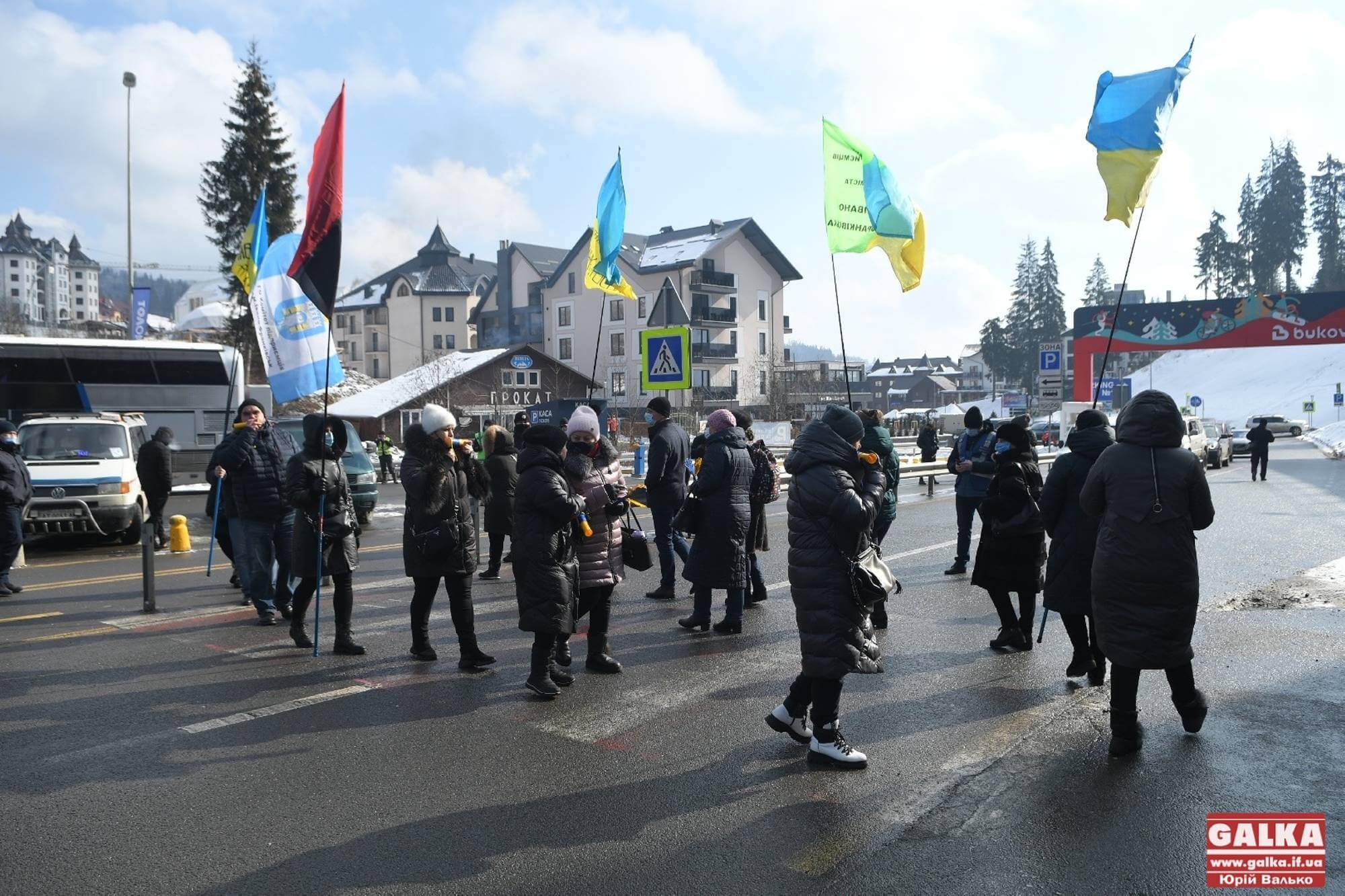 """Прикарпатські підприємці перекрили дорогу на """"Буковель"""" – вимагають закрити курорт (ФОТО, ВІДЕО)"""