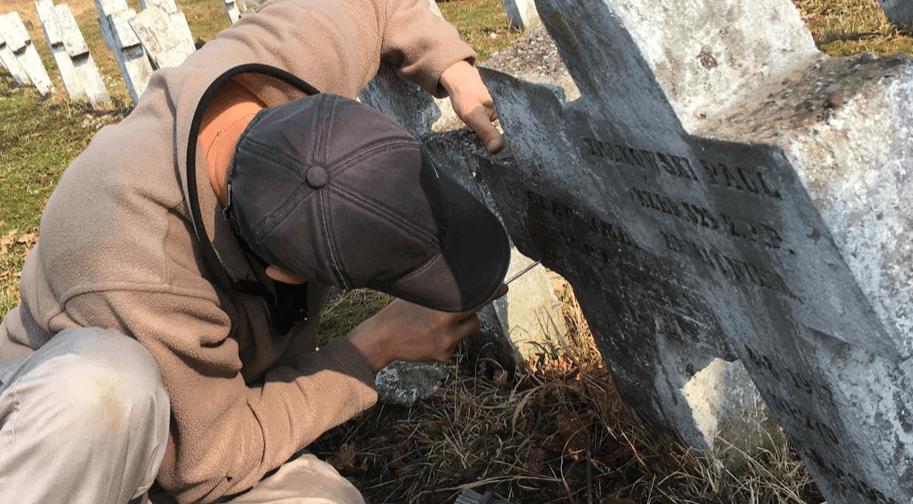 Калушани відновлюють написи на хрестах військового кладовища (ФОТО)