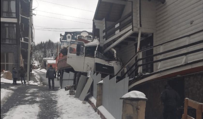 У Буковелі вантажівка протаранила стіну готелю (ФОТО)