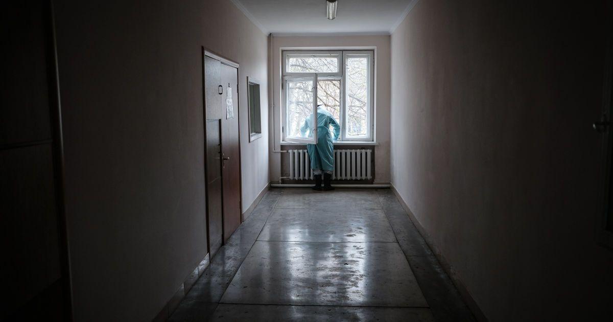 """Хворіють по другому колу і важче: репортаж з """"червоної"""" зони COVID-відділення Івано-Франківська (ВІДЕО)"""