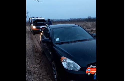 У Дем'яновому Лазі в багнюці застрягла машина з однорічною дитиною та батьками – визволяли рятувальники (ВІДЕО)