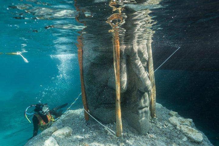Унікальні двометрові скульптури на дні моря: у Франції відкрився неймовірний підводний музей (ФОТО)