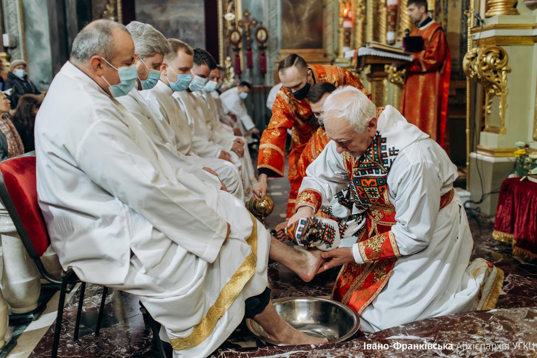Як у Страсний Четвер Митрополит Володимир омивав ноги франківським священникам УГКЦ (ФОТО)