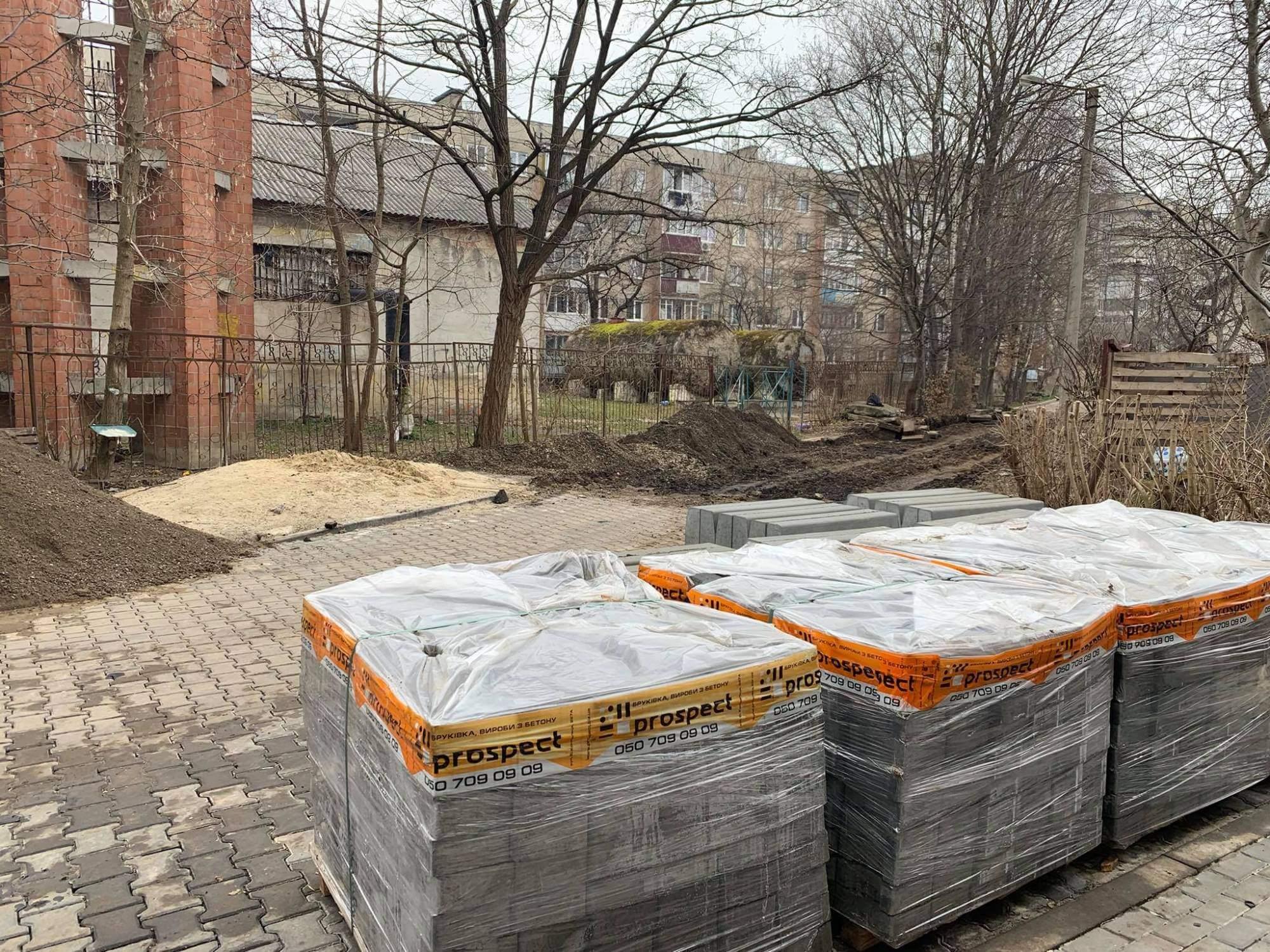 Капремонт двору триває на вулиці Хмельницького (ФОТО)