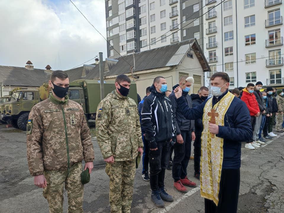 Перші 53 юнаків з Прикарпаття вирушили до війська в ході весняного призову (ФОТО)