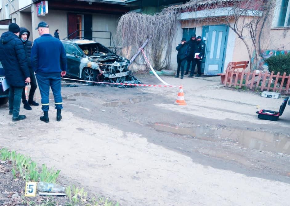 У Городенці місцевому мешканцю спалили Lexus (ФОТО)