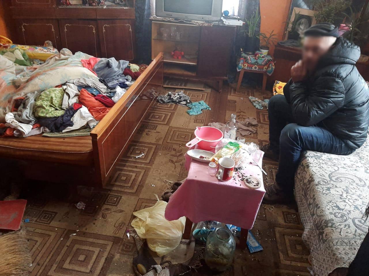 Не їли і жили в бруді: у селі під Франківськом у батьків-пияків вилучили двох діток-дошкільнят (ФОТО)