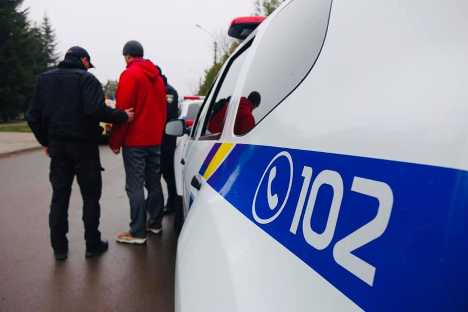 Поліцейські затримали прикарпатця, який обікрав сусідський будинок