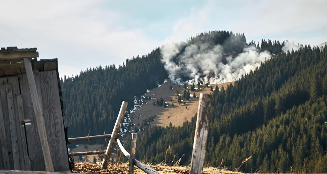 Гасили снігом, ногами, руками: як на Прикарпатті туристи рятували гору від пожежі (ФОТО, ВІДЕО)