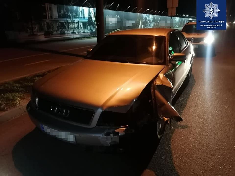 На Мазепи п'яний водій завалив стовп та втік з місця аварії: отримав 4 штрафи (ФОТО)