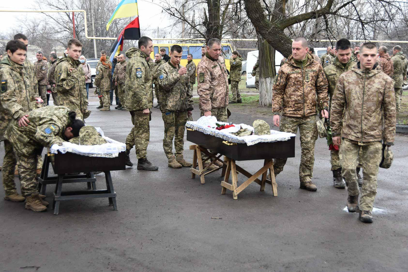 """Бійці прикарпатської """"десятки"""" попрощалися із двома загиблими побратимами (ФОТО)"""