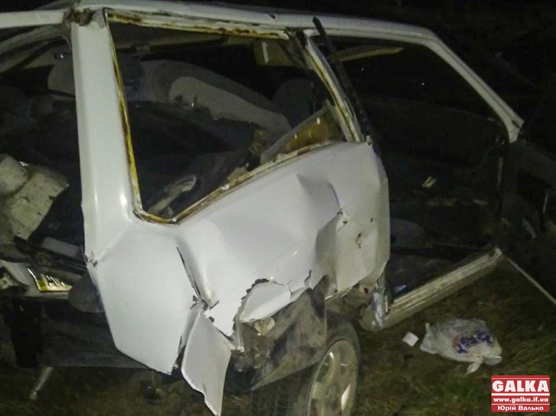 Під Франківськом п'яний водій врізався у припарковану машину – одна людина отримала важкі травми (ФОТО)