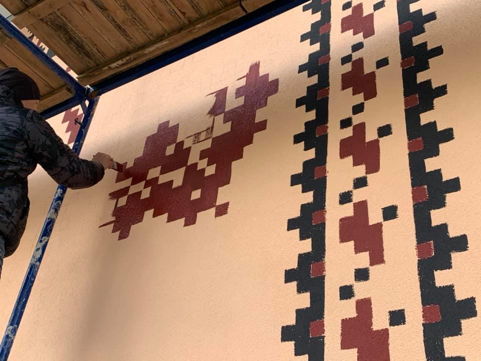"""Фасад франківського дитсадка """"Троянда"""" прикрасить мурал в етностилі (ФОТО)"""