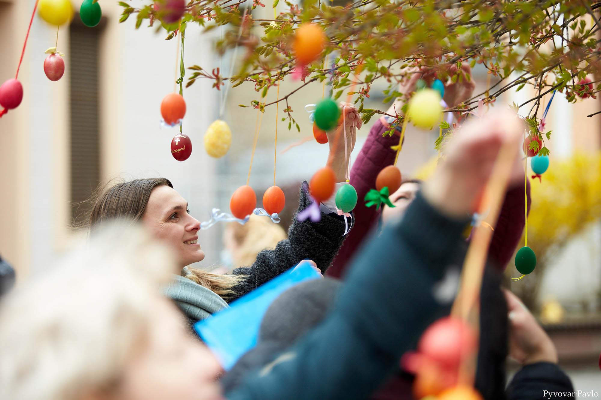 Дерева на Стометрівці прикрасили писанками (ФОТО)