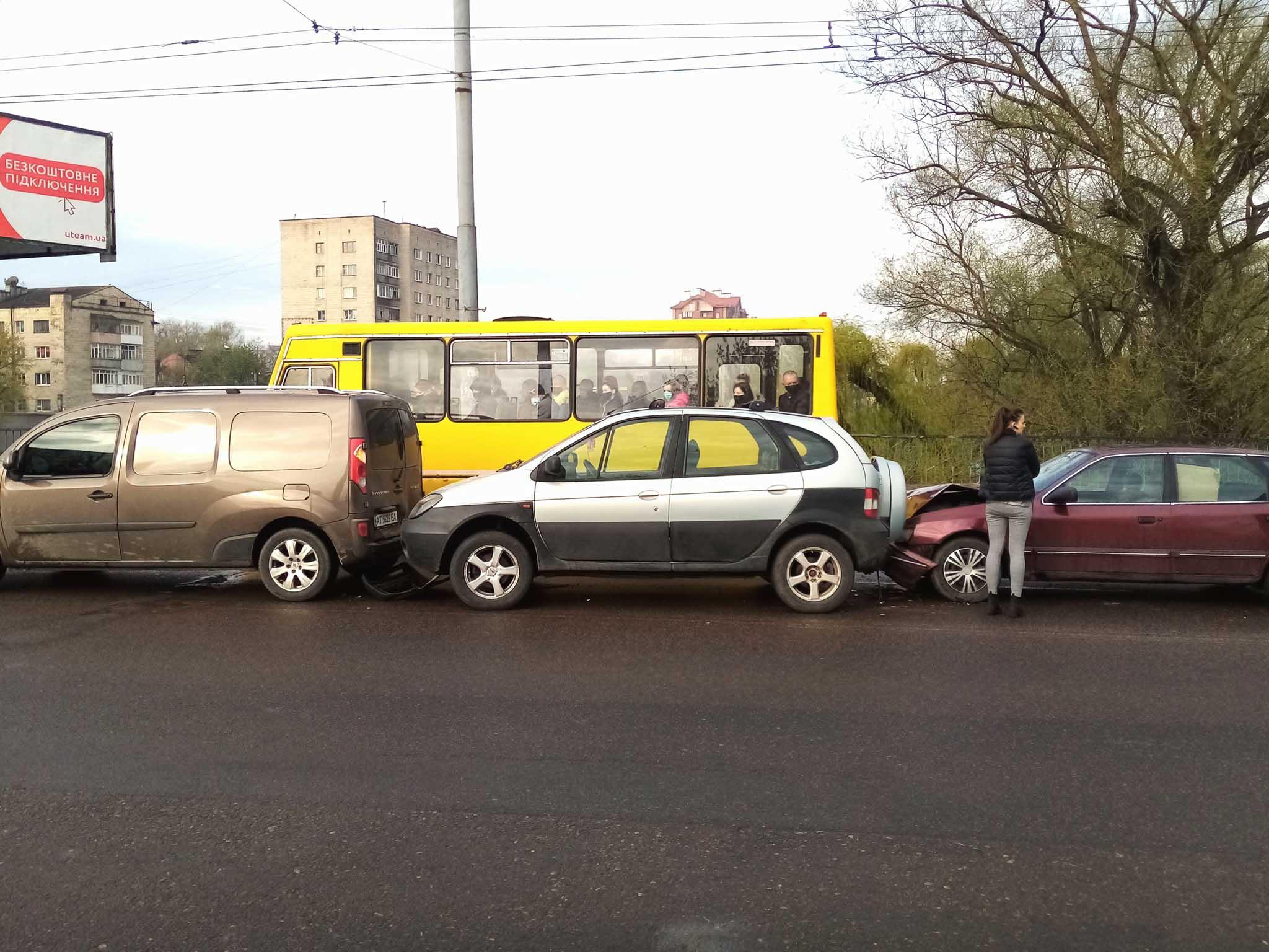 Три машини зіткнулися на пасічнянському мості, рух в центр ускладнений (ФОТО, ВІДЕО)